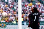 老照片-2002韩日世界杯西曼被小罗戏耍