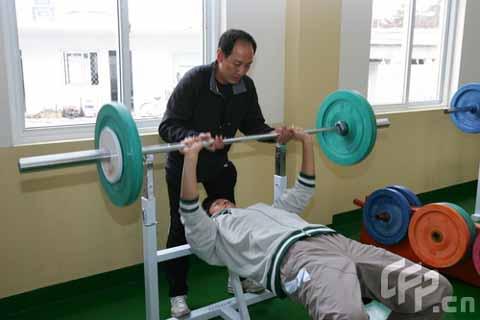 图文-刘翔珍贵生活照片曝光 力量训练不可缺少