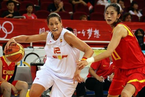 图文-中国女篮VS西班牙 安娜准备摆脱隋菲菲防守