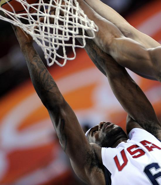 图文-[奥运]男篮美国VS澳大利亚 詹姆斯霸王硬上篮