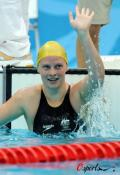 图文-女子100米蛙泳澳大利亚夺冠 与家人拥抱琼斯举手示意