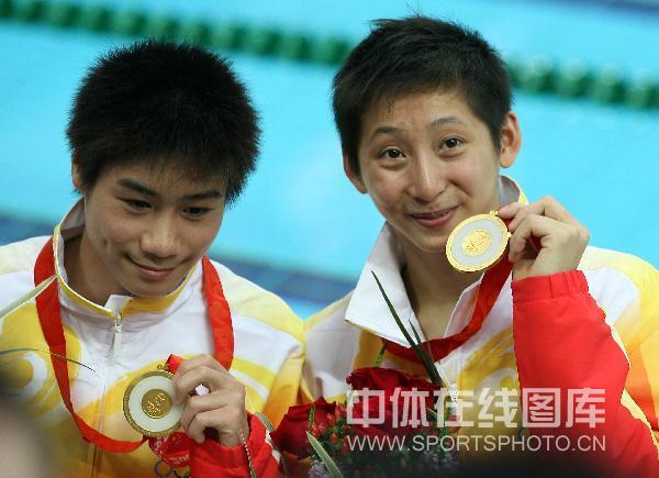 图文-男双10米台林跃火亮夺冠 林跃和火亮展示金牌