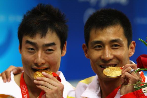 图文-男双3米扳王峰/秦凯夺得金牌 沉甸甸的金牌