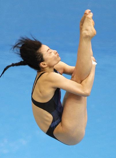 图文-奥运会女子三米板预赛 郭晶晶抱腿瞬间