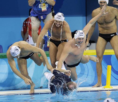 图文-奥运男子水球匈牙利队夺冠 欢庆胜利来临