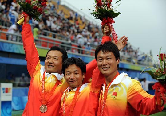 图文-奥运会射箭男子团体决赛 队员们一脸兴奋