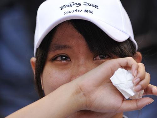 图文-刘翔退出观众泪流满面 安保不忍落泪