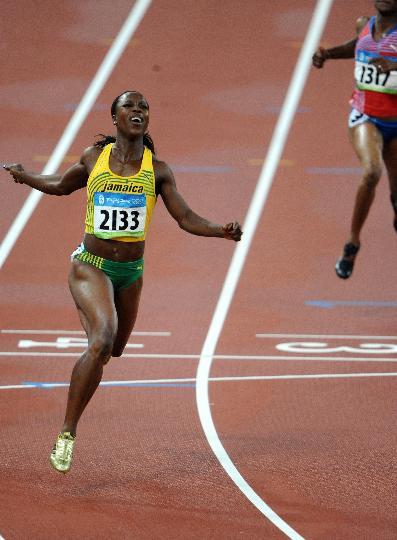 图文-田径女子200米坎贝尔卫冕 率先冲过终点