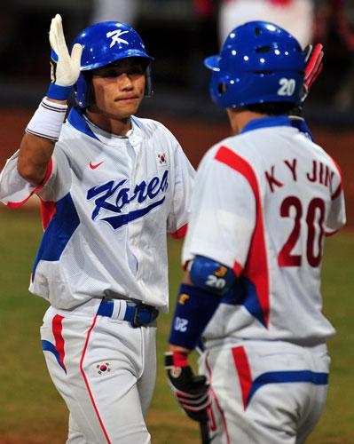图文-聚焦奥运会17日棒球赛场 庆祝得分