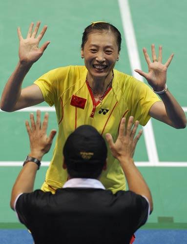 图文-中国锁定羽毛球女单金牌 与教练共欢庆