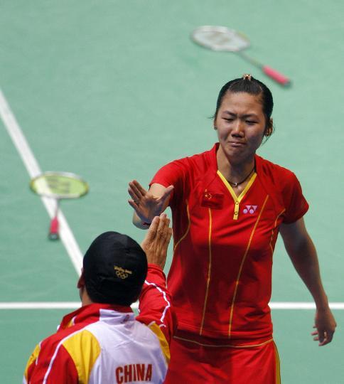 图文-魏轶力张亚雯获女双铜牌 获胜后与教练庆祝