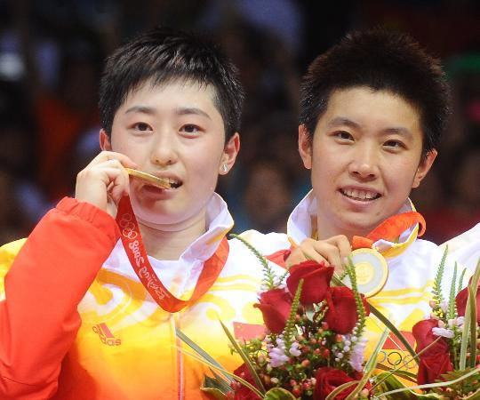 图文-于洋杜婧羽毛球女双夺金 领奖台上品尝胜利