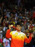 图文-[奥运]羽毛球男单决赛 林丹自豪的展示金牌