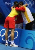 图文-奥运会羽毛球男单决赛 林丹夺冠拥抱教练