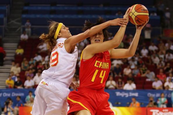 图文-中国女篮67-64西班牙 张晓妮拼抢很积极