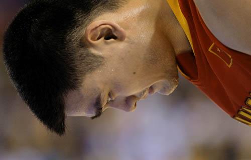 图文-[奥运会]中国男篮VS美国 姚明打得有些疲惫
