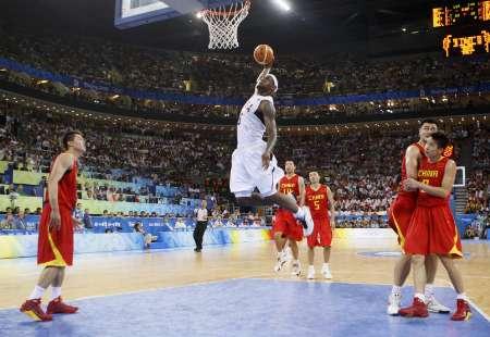 图文-[奥运会]中国男篮VS美国 詹姆斯起飞单手猛灌