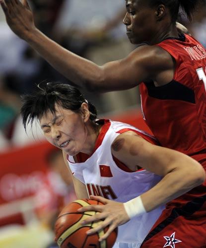 图文-中国女篮次战挑战美国 陈楠被劫拿球