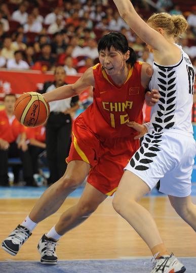 图文-[奥运会]中国女篮80-63新西兰 陈楠带球突破