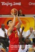 图文-[奥运会]中国男篮85-68安哥拉 姚明高位投篮