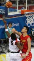 图文-[奥运会]中国男篮85-68安哥拉 姚明防戈麦斯
