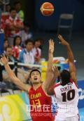 图文-[奥运会]中国男篮85-68安哥拉 姚明积极拼抢