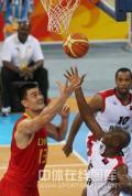 图文-[奥运会]中国男篮85-68安哥拉 姚明强力对抗