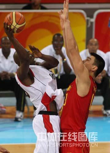 图文-[奥运会]中国男篮85-68安哥拉 姚明双手封盖