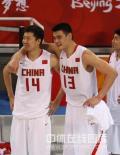 图文-[奥运会]中国男篮59-55德国 哥俩看好戏