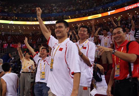 图文-[奥运会]中国女篮79-63捷克 男篮队员庆祝