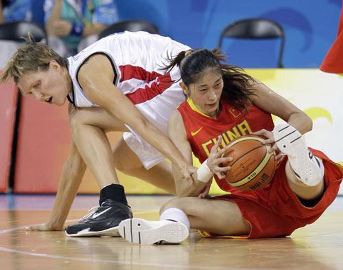 图文-[奥运会]中国女篮79比63捷克 隋菲菲全力争球