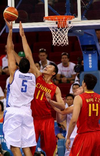 图文-中国男篮77-91希腊 易建联比赛中防守