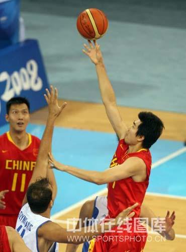 图文-[奥运会]中国男篮77-91希腊 王仕鹏勾手上篮