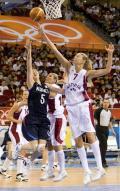 图文-奥运会17日女篮小组赛赛况  跳起盖帽