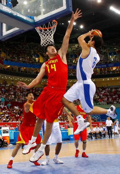 图文-[奥运]中国男篮VS希腊 王治郅封盖对手