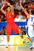 图文-[奥运]中国男篮VS希腊 姚明拿球寻找队友