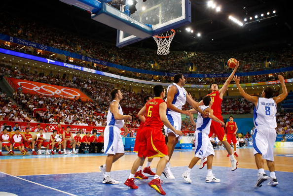 图文-[奥运]中国男篮77-91希腊 王治郅抢到篮板球