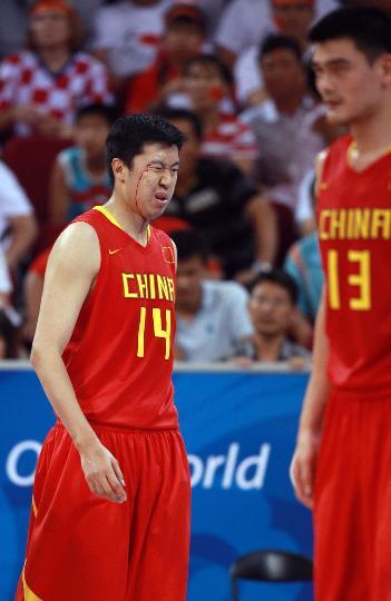 图文-男篮1/4决赛中国队不敌立陶宛队 王治郅受伤