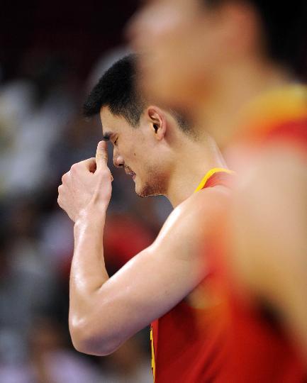 图文-男篮中国队不敌立陶宛队 姚明有些郁闷