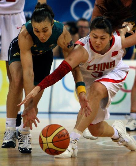 图文-女篮半决赛中国队中国负澳洲 卞兰与对方争抢