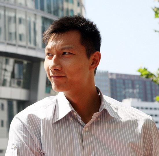 图文-易建联做客新浪聊天 阳光下的阳光帅哥