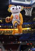 图文-中国女篮56-90澳洲 吉祥物表演扣篮