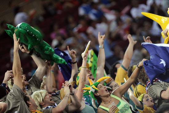 图文-中国女篮56-90澳洲 疯狂的澳大利亚球迷