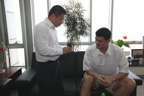 图文-篮球巨星姚明参观新浪网总部 赠送礼物