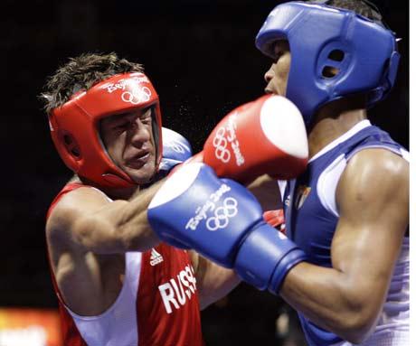 图文-17日拳击淘汰赛争夺赛况 红方发动进攻