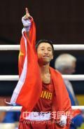 图文-邹市明获拳击48公斤级金牌 邹市明剑指天空