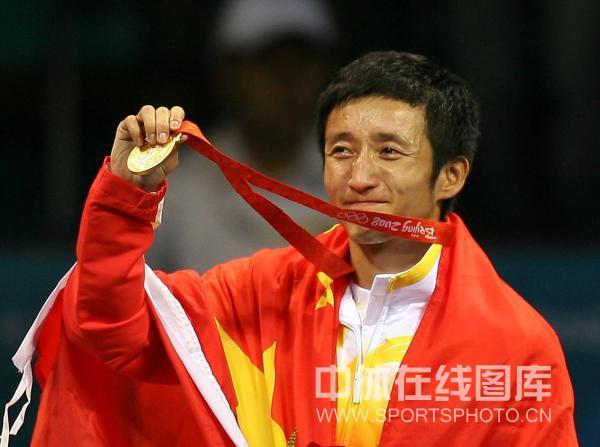 图文-邹市明获拳击48公斤级金牌 国旗金牌与泪水
