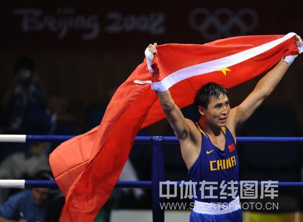 图文-男子拳击81KG张小平夺冠 披国旗向观众致意