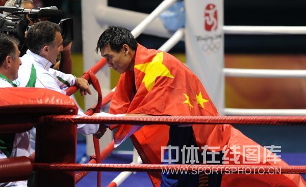 图文-男子拳击81KG张小平夺冠 与对方教练握手