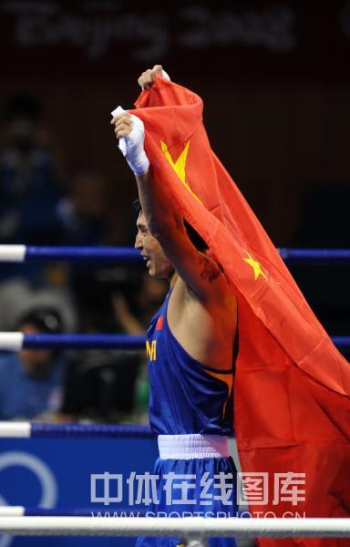 图文-男子拳击81KG张小平夺冠 张小平振臂庆祝